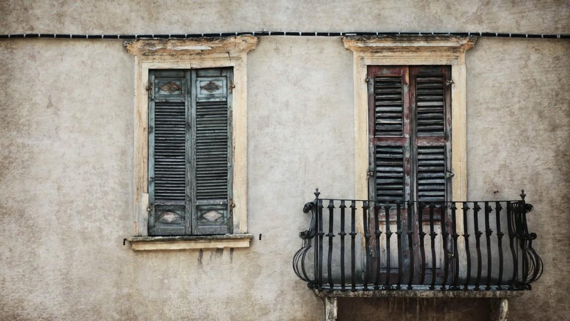 (Italiano) Chi è responsabile in caso di danni per la caduta di calcinacci?
